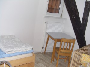 Zimmer mit Gitterbett